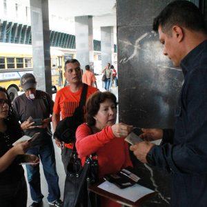 Usuarios del Saime son atendidos personalmente por el director Gustavo Vizcaíno (1)