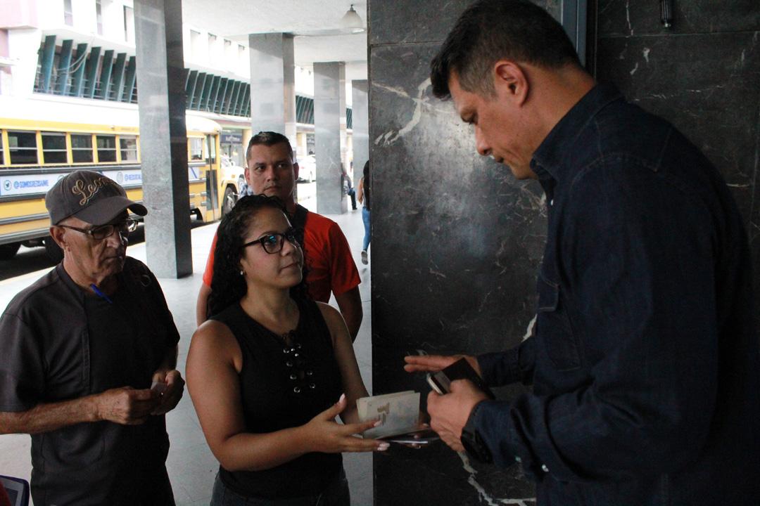 Usuarios del Saime son atendidos personalmente por el director Gustavo Vizcaíno (2)
