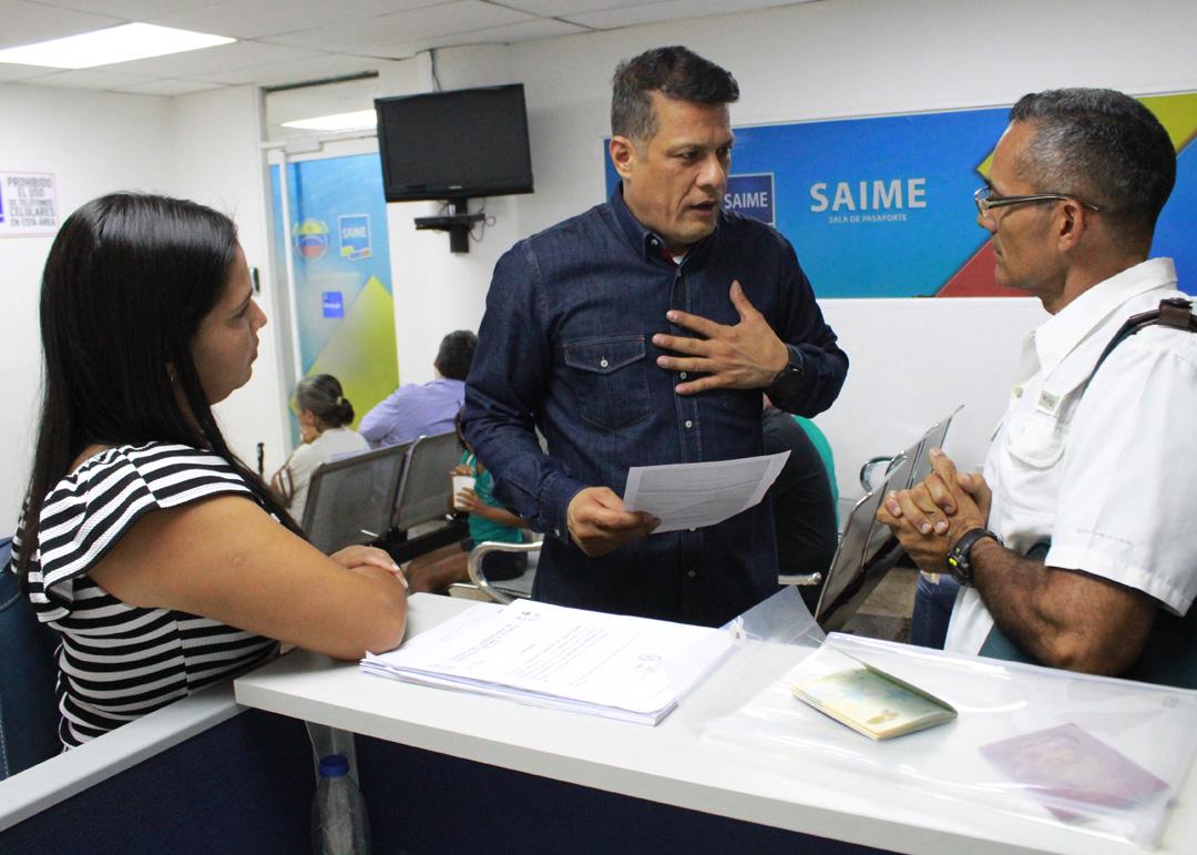 Usuarios del Saime son atendidos personalmente por el director Gustavo Vizcaíno (4)