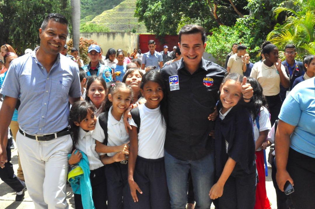 Frente Preventivo entrega kits escolares a más de 600 alumnos de la UEN La Aplicación en La Vega (2)