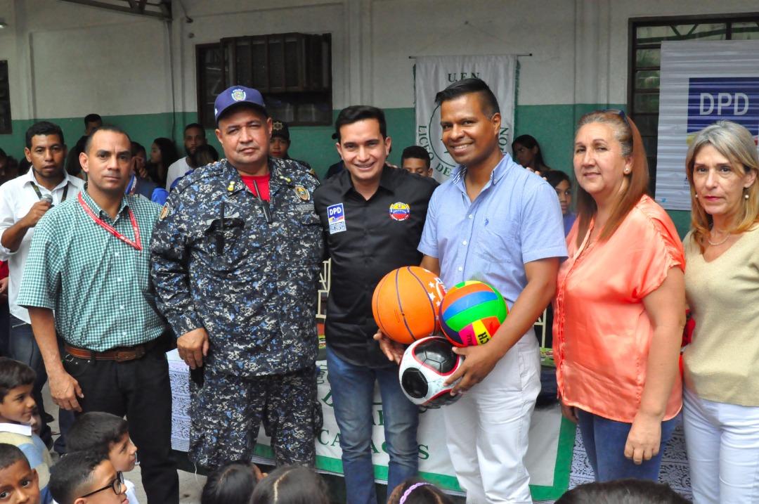 Frente Preventivo entrega kits escolares a más de 600 alumnos de la UEN La Aplicación en La Vega (4)