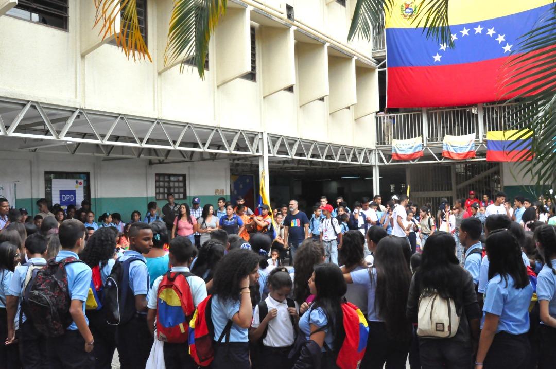 Frente Preventivo entrega kits escolares a más de 600 alumnos de la UEN La Aplicación en La Vega (5)