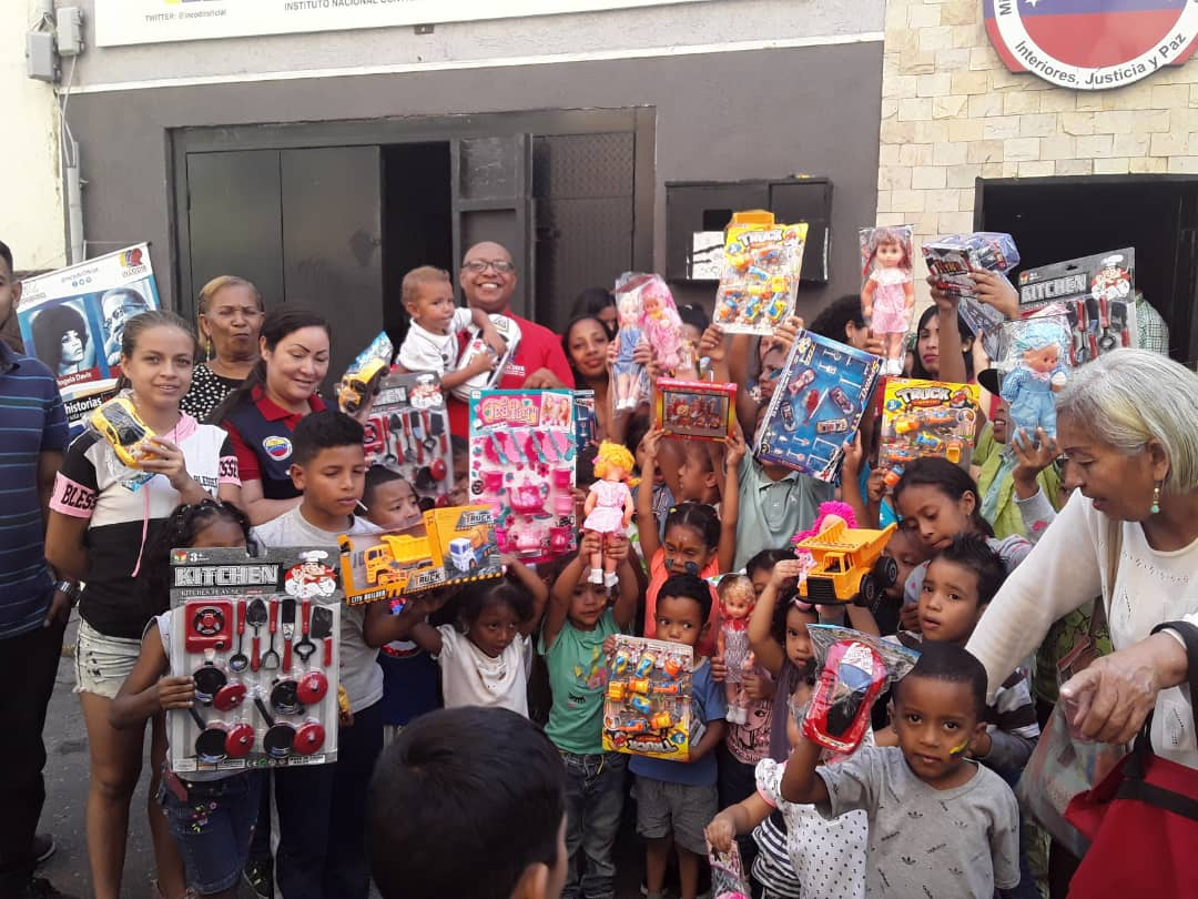 Entregados juguetes a los niños de la parroquia Santa Teresa de Caracas
