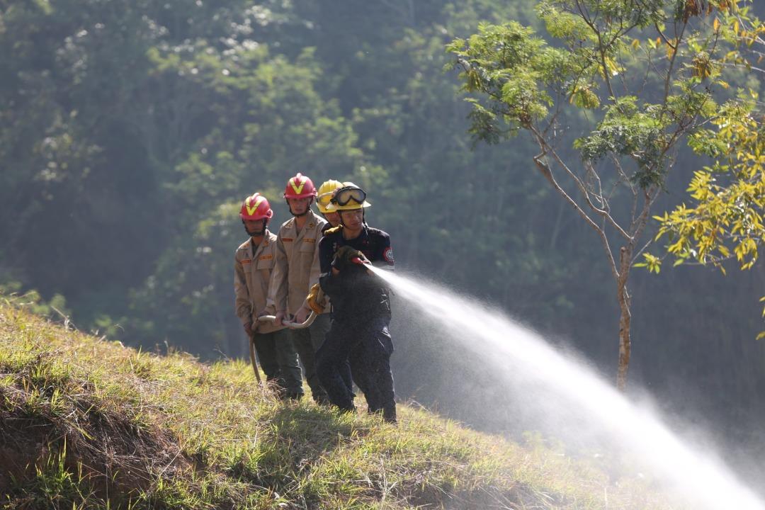 Supervisan trabajos de mantenimiento del sistema de cortafuegos e hídrico en el Warairarepano