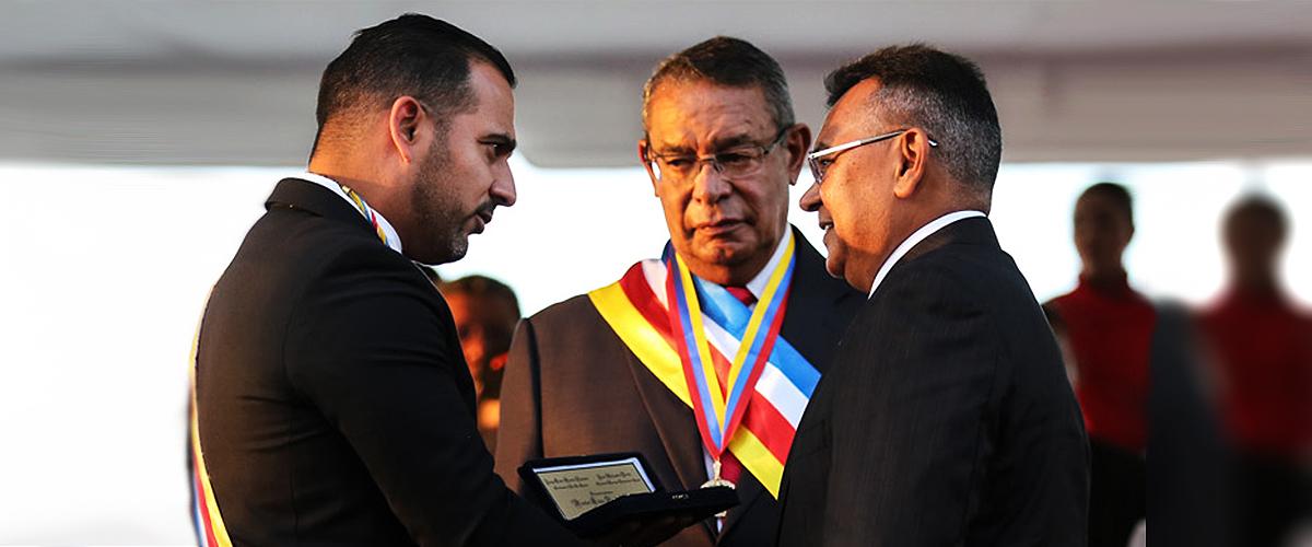 Ministro Reverol condecorado con la Llave de La Guaira