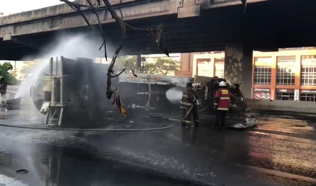 Controlada situación tras incendio de transporte de gas en autopista en Francisco Fajardo de Caracas