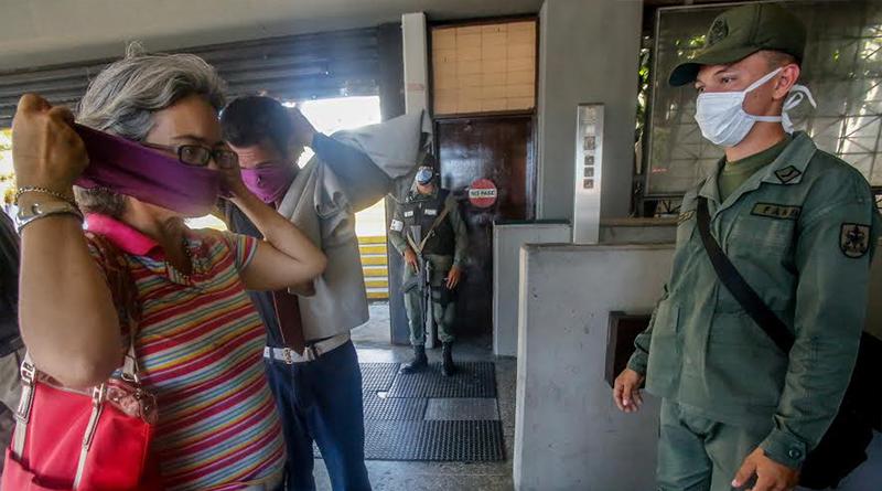 Funcionarios de seguridad supervisan el cumplimiento de las medidas para contener el Covid-19