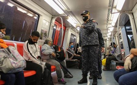 Funcionarios policiales supervisan medidas de bioseguridad en el Metro de Caracas